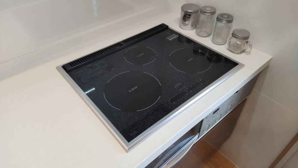 キッチン 赤外線で料理の旨味を逃さないラジエントヒーター。