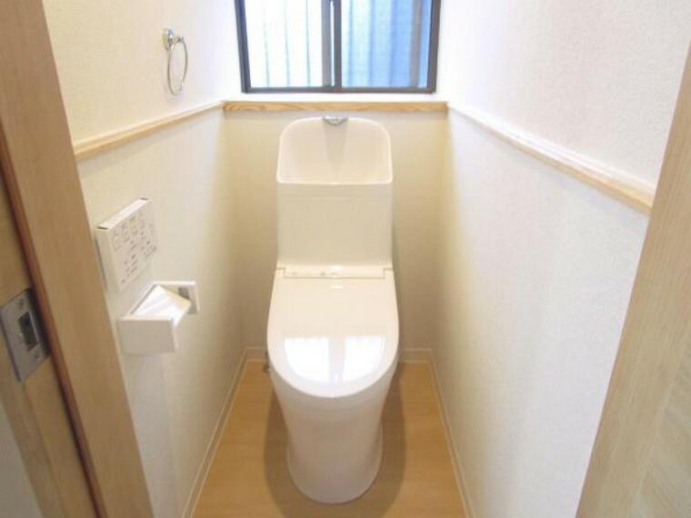 トイレ 【リフォーム済】気持ち良くお使い頂く為、TOTO製新品の便器・便座に交換しました。リモコン式で便器洗浄もワンプッシュでOKで、もちろん温水洗浄付きで快適です。床・天井・壁クロス張り替えました。