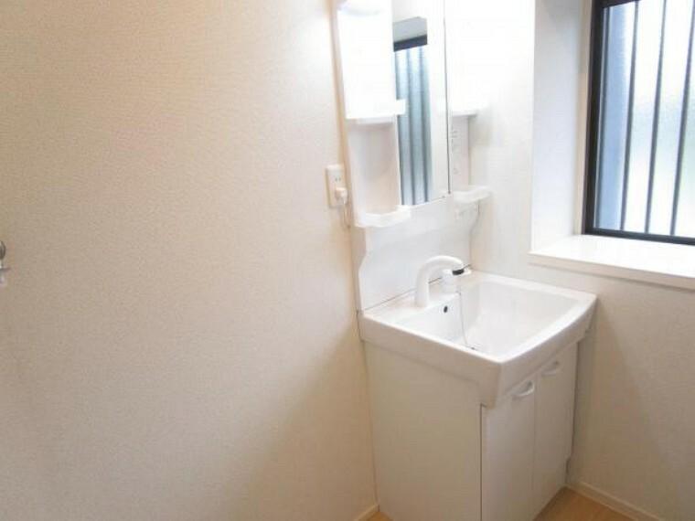 洗面化粧台 【リフォーム済】ハウステック製の幅600ミリの新品洗面化粧台を設置します。忙しい朝でも安心のシャワー付きで、鏡の中央部分には、蒸気くもりを防ぐくもり止めヒーターが付いています。