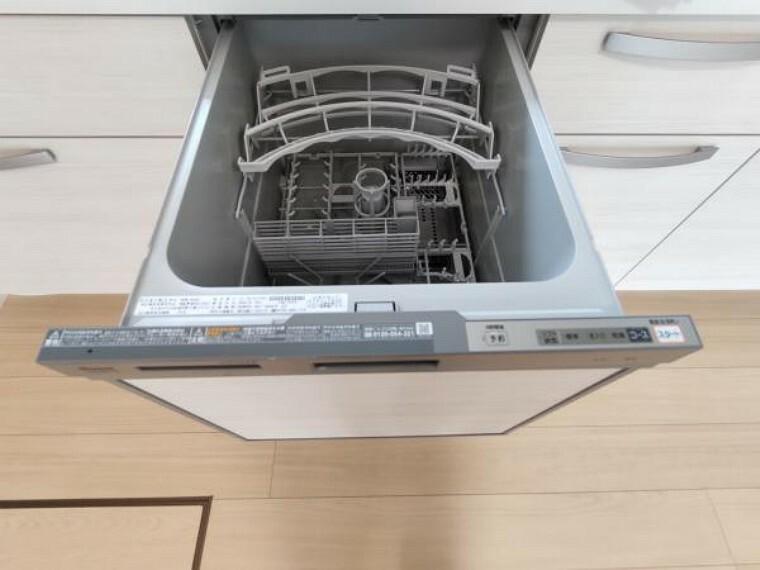 【リフォーム済】食洗器の写真です。ビルトインタイプの食洗機を設置しました。洗い物が面倒だと感じる方も楽しく家事ができ、新生活が楽しくなりますね。