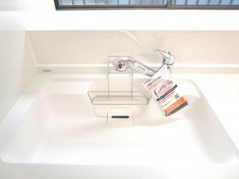 【リフォーム済】キッチンのシンクは人工大理石製です。人工大理石製は音が静かで水垢が目立ちにくいのでお手入れも簡単ですね。
