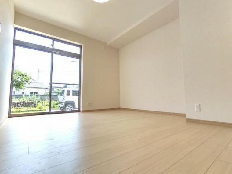 【リフォーム済】1階南側6帖洋室は、和室から洋室へ変更しました。真壁から大壁にし、床フローリング・天井・壁クロス張り替えましたので、新しい空間としてお使いいただけます。