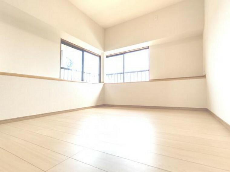 【リフォーム済】2階側東側6帖洋室は、和室から洋室へ変更しました。真壁から大壁にし、床フローリング・天井・壁クロス張り替えましたので、新しい空間としてお使いいただけます。