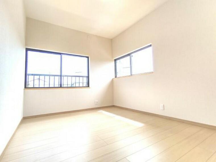 【リフォーム済】2階西側の8帖洋室です。南側に窓があるので、日当たりが良く、お日様の温もりを感じられるお部屋です。クロスを張替え明るくなりました。