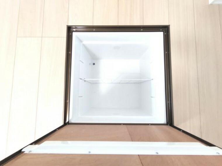 収納 【リフォーム済】キッチンの床には、床下収納庫もあり買い置き品の保管等に便利ですね。また床下点検口でもありますので、もしもの時も確認しやすく助かりますよ。収納庫は新品に交換しました。