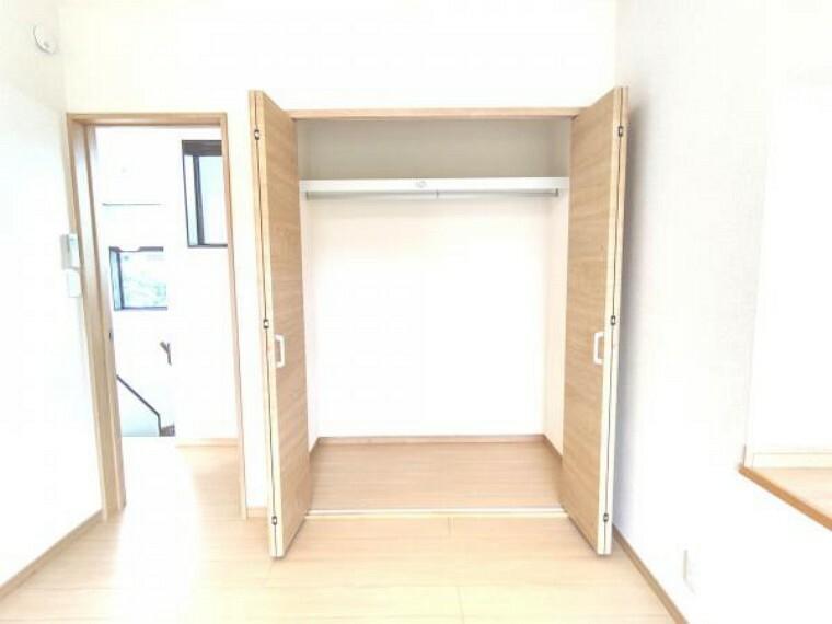 収納 【リフォーム済】2階東側6帖洋室には1間分の備え付けのクローゼットがあります。たっぷり収納できるので、お部屋も整理しやすいですよ。お子様の遊具の片付けもラクになりますね。