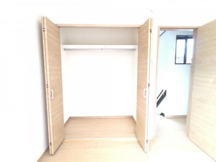 収納 【リフォーム済】2階西側の8帖洋室のクローゼットです。奥行もありますので、市販の収納ケースを入れて使えますよ。また新品なので、扉の開け閉めはとてもスムーズです。