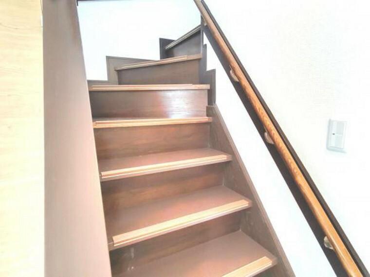 【リフォーム済】階段は綺麗にクリーニングを行い、手すりが付いているのでお子さんやお年を召した方でも安心して上り下りできます。もちろん、天井・壁クロス張替えました。