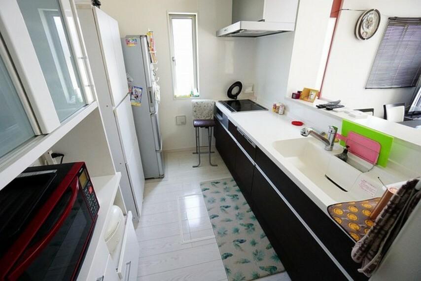 キッチン 対面式カウンターキッチンでお子様の様子が見守れます。キッチンは幅広で食器棚などを設置できるスペースも確保。使い勝手の良いキッチンで家事の効率も良い設計になっております。