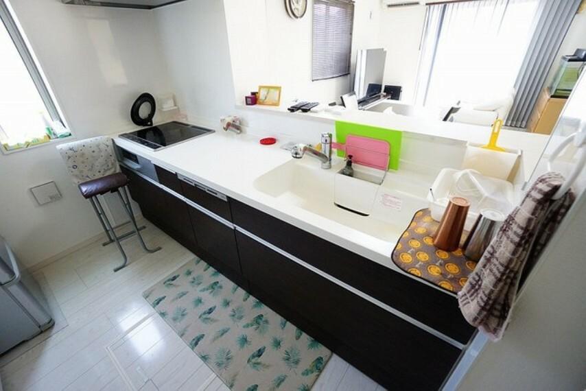 キッチン 優れた耐熱性と、汚れが染み込みにくい人造大理石のキッチンは、普段のお手入れが簡単。日頃のお手入れ程度なら、やわらかい布で水拭きするだけで大丈夫です。