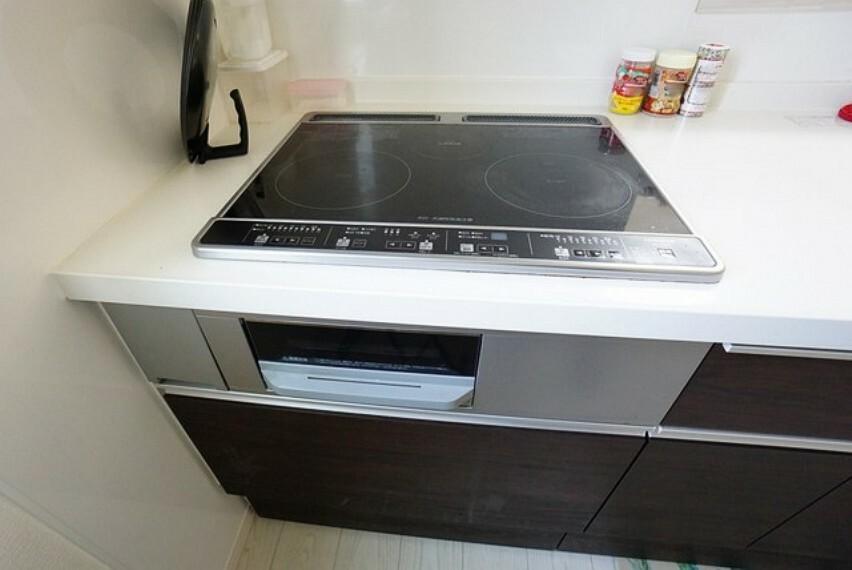 キッチン お手入れが簡単なIH3口コンロ。お掃除も拭き取るだけで楽々です。