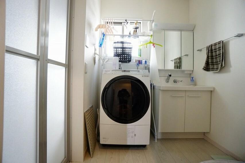 洗面化粧台 バスルームを含む洗面スペースは広々設計。洗面台はミラー扉の内側が収納スペースになっていて歯みがきセットや化粧品もきれいに整頓できますよ。シャワーホース付のシャンプードレッサーで毎朝の支度もはかどります