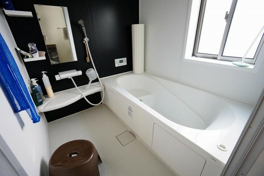 浴室 1日の疲れを癒すくつろぎのバスルーム。足を伸ばしてもゆったりと入れるサイズです。浴槽は半身浴のためのベンチスペースがあり快適なバスタイムが楽しめます。同時に節水にも効果を発揮します。