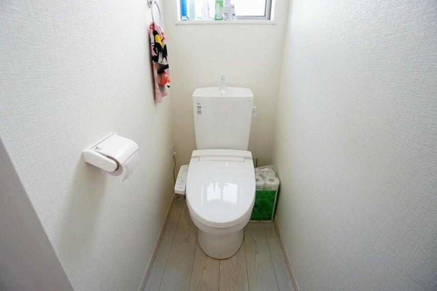トイレ 温水洗浄機付トイレです。節水機能もあるので、安心して使えますね。収納も付いています。