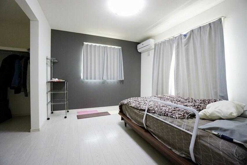 寝室 7帖と広めの主寝室はダブルベッドも余裕で配置できます。落ち着きのあるアクセントクロスを施したお部屋は疲れを癒す空間としていいですね。