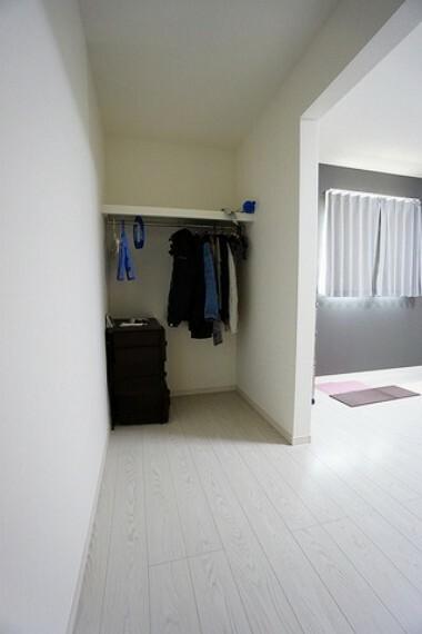 収納 主寝室には収納量たっぷりのウォークインクローゼット付です。広めのクローゼットなので、毎日のコーディネートが楽しくなりそうですね。