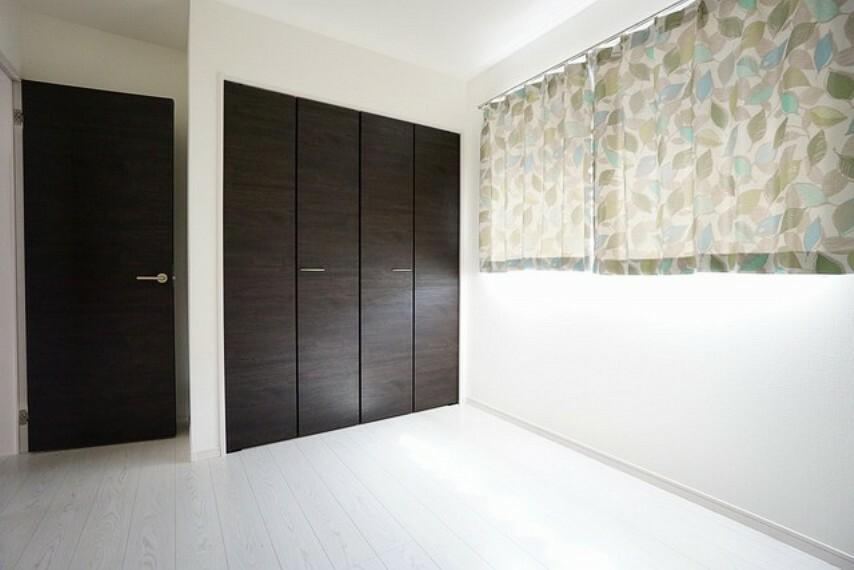 寝室 5.2帖の明るい洋室です。ナチュラル色のフローリングで開放的な優しい雰囲気になっています。広めのクローゼット完備です。