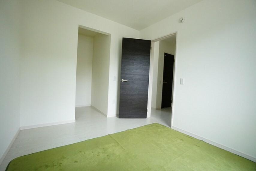 寝室 5.2帖の明るい洋室です。ウォークインクローゼットクローゼット完備です。