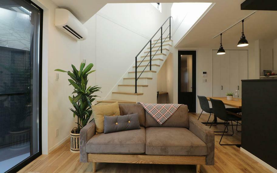同仕様写真(内観) 施工例■三角形のスペースを生かしたリビング階段と吹抜けが、2階のLDKと3階を一体の空間にすることで、違う部屋で過ごす時間も家族の距離を縮めます。