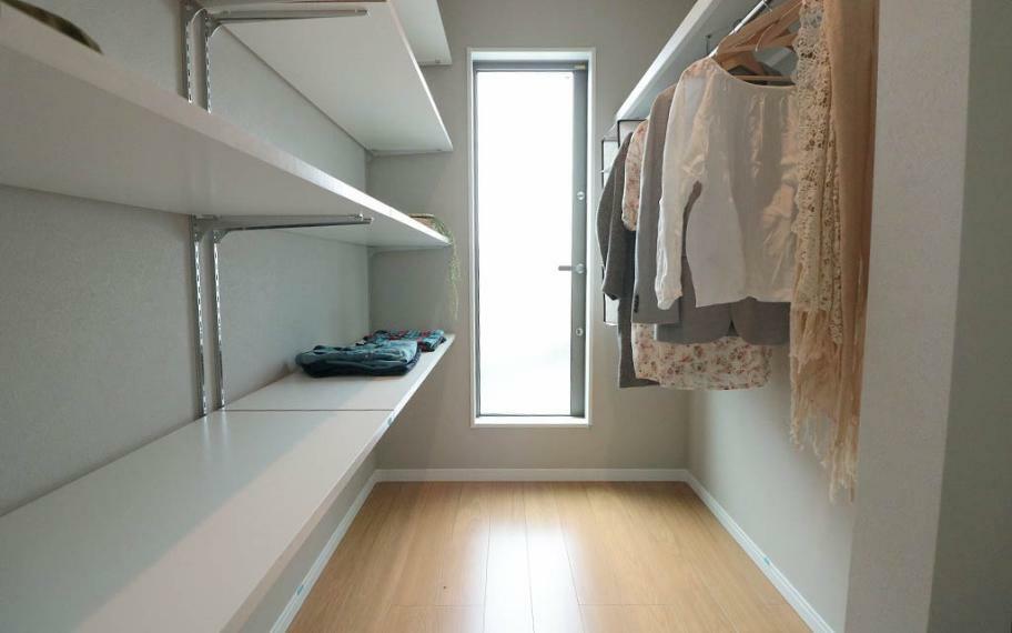 同仕様写真(内観) 施工例■ウォークインクローゼットのある主寝室はご夫婦でたくさんの洋服をお持ちのご家族にもおススメの間取り配置で、タンスなどの収納家具いらず。ベッドスペースが自然と片付き、ゆっくりと休める空間に。