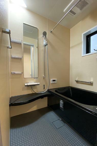 浴室 ヒヤッとしないフロア、お湯が冷めにくいサーモバス、取り外せて丸洗いできるカウンターです。