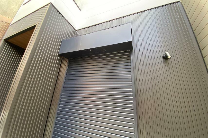 防犯設備 玄関土間のオープンウィンには電動シャッターも。