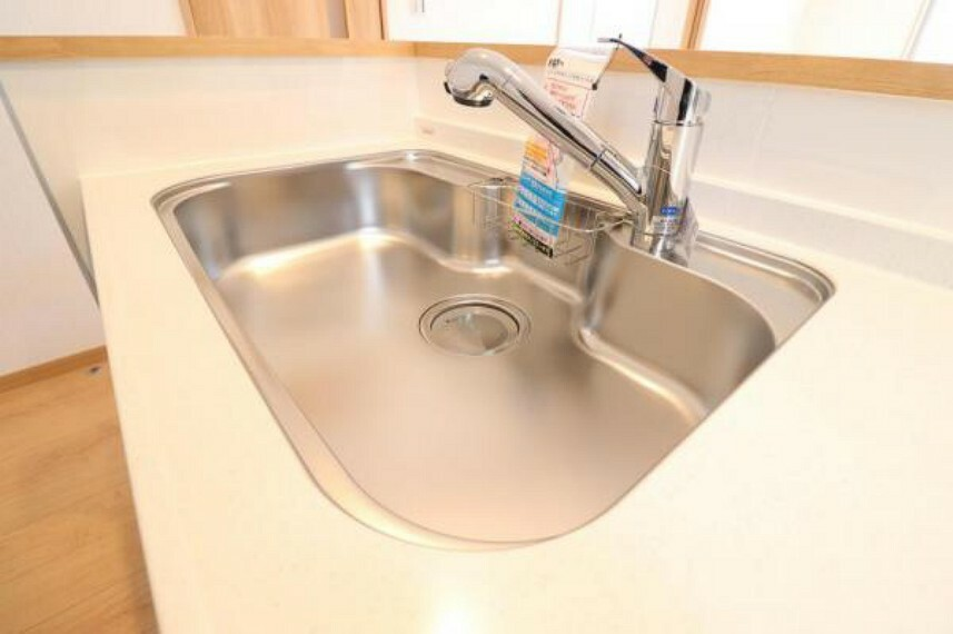 広々としたシンクとハンドシャワー付き水栓で、毎日のお料理もお手入れも快適に。