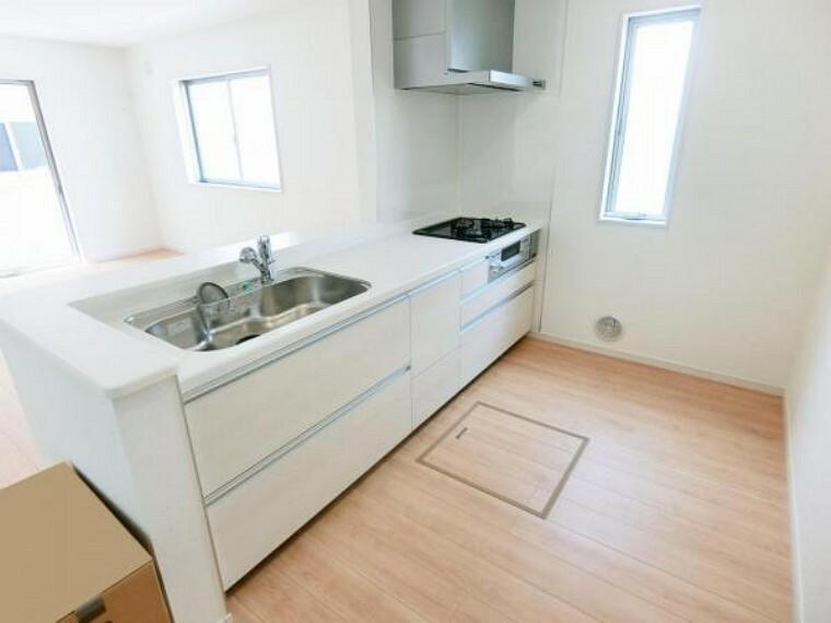 キッチン 火力自慢の3口ガスコンロ、浄水器、スライド収納のあるシステムキッチンです。