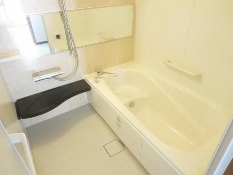 浴室 【同仕様写真】LIXIL製の新品ユニットバスに交換予定です。浴槽は半身浴ができるエコベンチ付きで、お風呂の時間をゆっくり楽しむことができますよ。