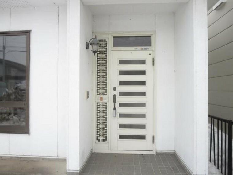 玄関 【玄関ドア】断熱式の玄関ドアに新品交換します。玄関は住宅の顔ですのでオシャレな玄関ドアに交換します。