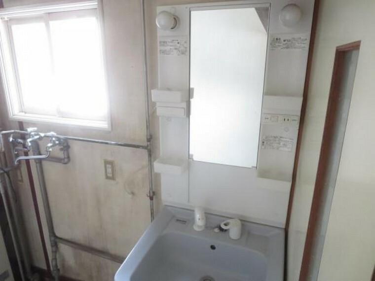 洗面化粧台 【洗面化粧台】洗面化粧台は新品に交換します。伸びるシャワーヘッドが付いてますので忙しい朝の身だしなみはこちらで整えられます。