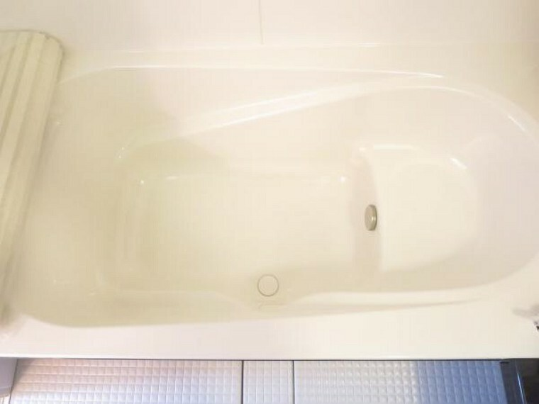 専用部・室内写真 【同仕様写真】広々した浴槽は心地よい入浴を可能にした形状の浴槽で半身浴も出来ます。新品交換したユニットバスは広々1坪でのんびり入浴でき一日の疲れを癒せますよ。