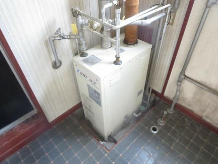 【ボイラー】新品の灯油式給湯ボイラーに交換します。水廻りへの給湯で使用します。住宅には欠かせない設備の一つですので、新品に交換致します。