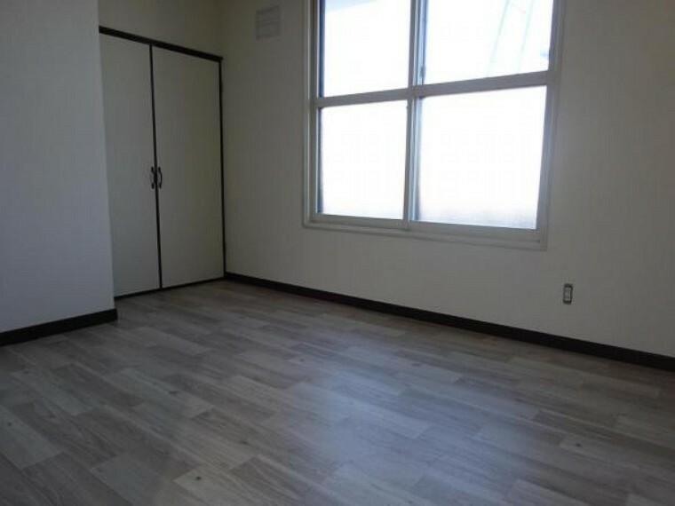 【リフォーム中】2階の南東側の6帖の洋室です。クッションフロア貼り、照明交換、天井・壁クロス貼替を行います。6帖間なので子供部屋として如何でしょうか。