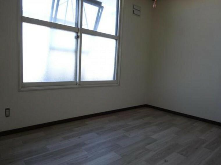 【リフォーム中】2階の南側の7.5帖の洋室です。クッションフロア貼り、照明交換、天井・壁クロス貼替を行います。7.5帖間なので子供部屋としても主寝室にもできます。