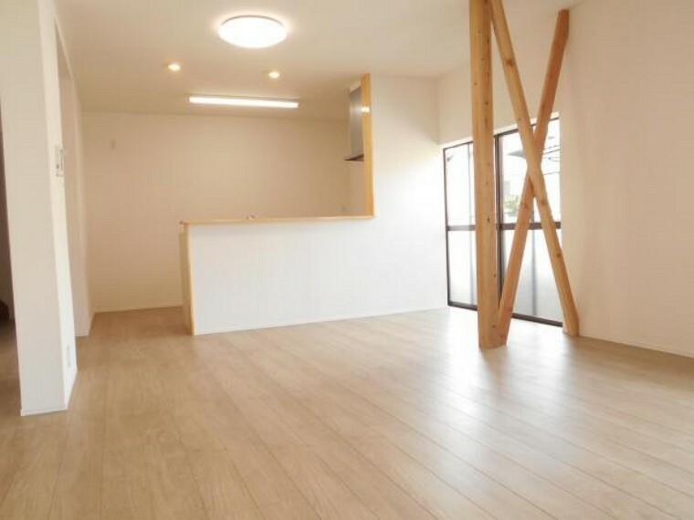 リビングダイニング 【リフォーム後写真】ダイニングキッチンと隣の6帖の和室を繋げて、家族がくつろげるLDKを造りました。リビングから各室への出入りも楽々です。