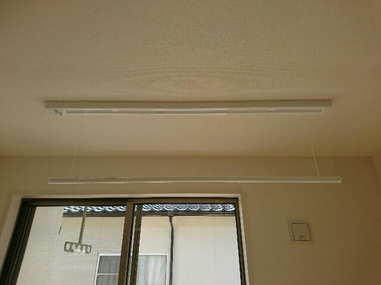 同仕様写真(内観) 2階7帖の洋室の天井直付の室内物干(写真は同型タイプ)。 部屋干しする際に便利な室内物干しです。 不要な時は天井に収納できます。