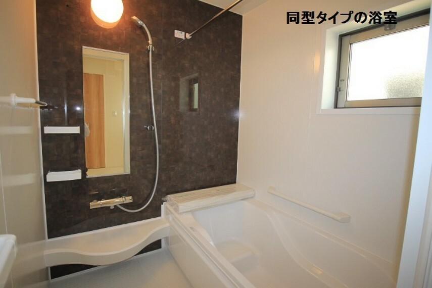 同仕様写真(内観) 同型タイプの浴室。 浴室暖房乾燥機付なので雨の日の洗濯物や急ぎの洗濯物を乾かすことができます。 ※実際の色・柄等は異なる場合がございます。