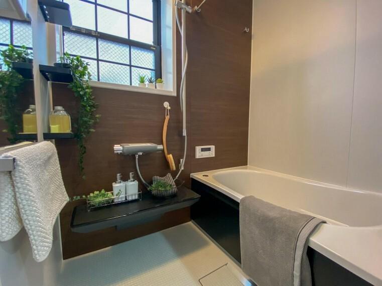 浴室 窓の付いている浴室です。自然換気ができ、清潔を保ちます。