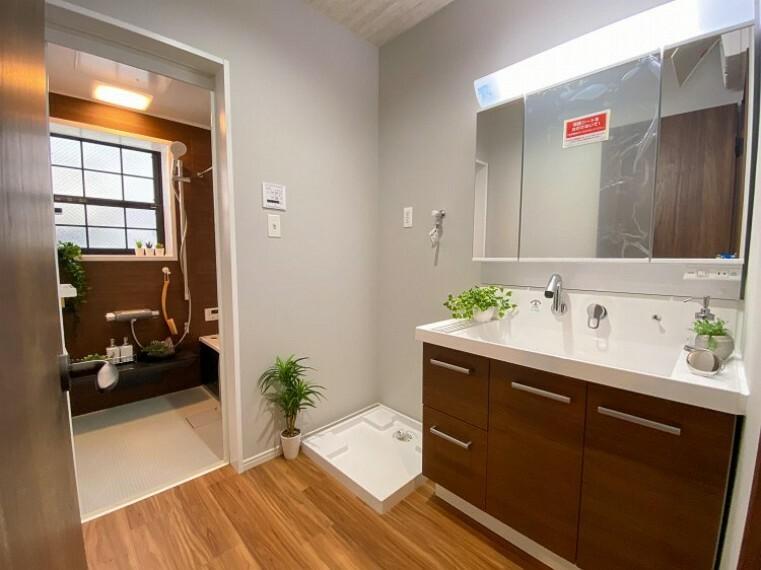 脱衣場 脱衣スペースを含む空間はゆとりの広さを設け、スッキリ保てます。