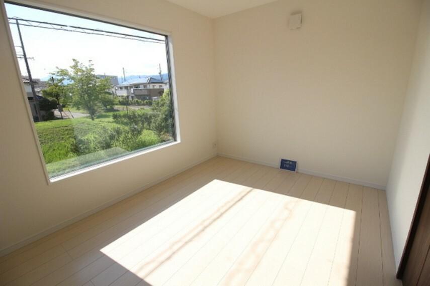 洋室 大きな窓の居室はとても明るいです