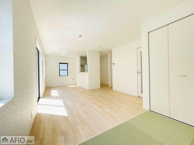 居間・リビング LDKと畳コーナー併せて18帖の広々空間