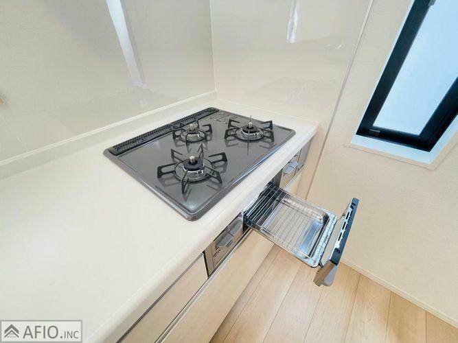 キッチン お手入れしやすい3口コンロ。調理の時間短縮ができて、スムーズに料理できます。