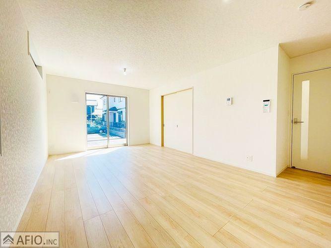 居間・リビング 16帖のリビングは、家具の配置が考えやすい長方形型です。過ごしやすい家族みんなの憩いの場に。