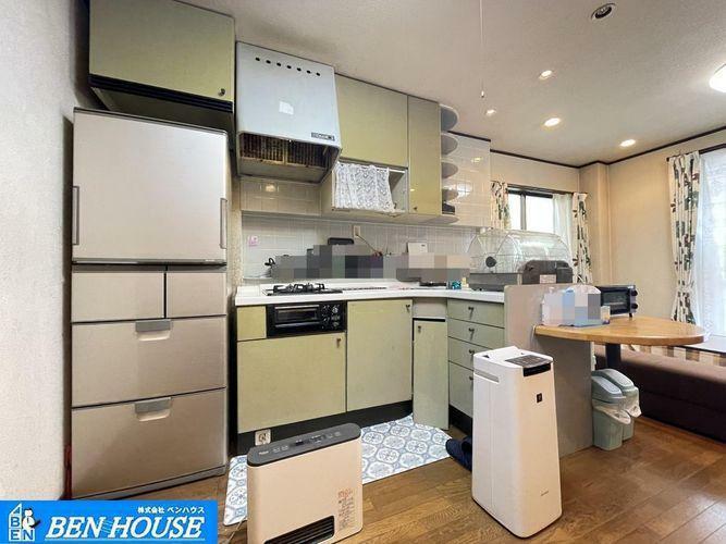 キッチン 使い勝手の良いL型タイプのシステムキッチンプラン・吊戸棚も設けられており、シンク下収納だけでなくスッキリとしまえます