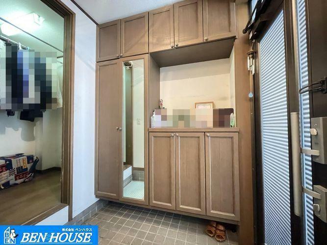 収納 ・扉付きの収納スペースとして約2.0帖の小部屋がございます・カウンターなどを置いてリモートワークスペースなどにも利用できますね・ご家族の生活スタイルで用途様々です・是非 ご確認ください