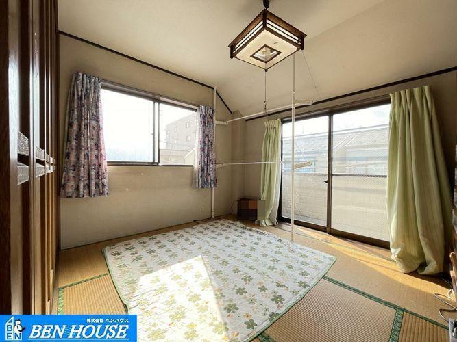 和室 和室6.0帖の様子・三面からの採光で明るい和室・風通りもよくいつでも換気できますね・大容量収納もございますのでお部屋を広く使うことができます・住宅ローンのご相談も賜ります