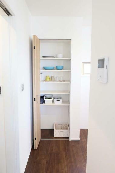 完成予想図(内観) 食器棚の代わりとしても使用できる大容量パントリー完備!【施工例】