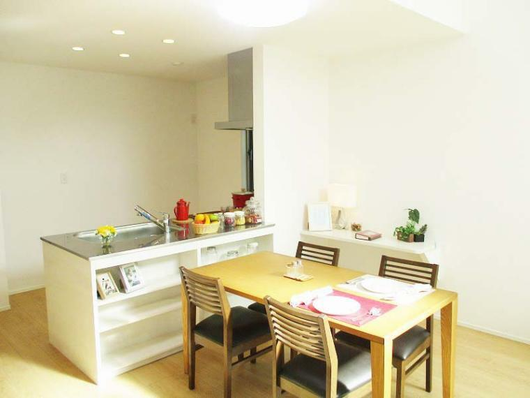 完成予想図(内観) 対面キッチンを採用する事で家事をしながらも家族との会話を楽しめます!【施工例】