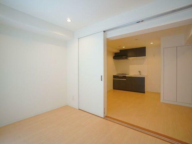 リビングルームの続き間としてもご利用頂けるこちらのお部屋は引き戸でリビングと同じ空間としてご利用頂けると同時に、お部屋としてもお使いいただけます。